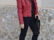Black total look chiodo pelle rossa abbinato outfit nero