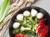 Insalata broccoli, fragole, mozzarelline semi zucca