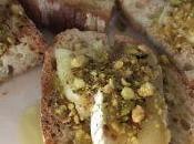 Crostini formaggio pistacchi