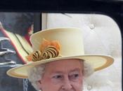 Regina Elisabetta beccata mentre sgattaiola matrimonio reale
