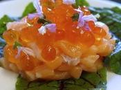 Tartare salmone uova rumex sanguineo fiori basilico cannella