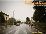pedalando sotto pioggia
