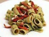Tortiglioni integrali pesto foglie ravanello, pomodori secchi nocciole