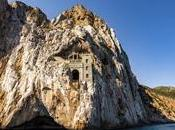 Porto Flavia, meraviglia sospesa mare cielo
