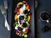 Storie prugne l'insalata gourmet verdura, frutta, semi feta