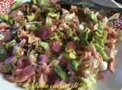 Insalata trota salmonata sale pomodoro, lattuga, avocado cipolle marinate
