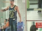 Marco Carta mostra addominali scolpiti corpo all'aeroporto