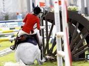 Charlotte Casiraghi cade cavallo rischia culotte