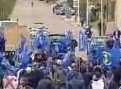 Cagliari: polizia carica pastori sardi forconi siciliani