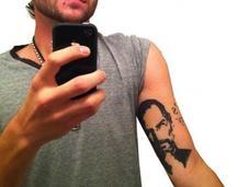 Ex-dipendente Apple tatua famosa immagine Steve Jobs braccio