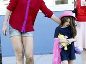 Katie Holmes lascia indossare alla figlia Suri rossetto all'asilo