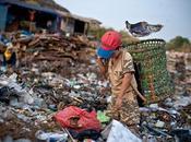 Ultime news Asia Intere famiglie lavorano nelle discariche Jakarta