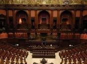 Riduzione indennità_ abiti stretti della politica italiana