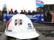 Operai Alcoa tolgono assedio squadra. partita comincia ritardo