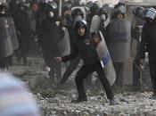 Cairo: folla assalta incendia quartier generale servizio delle imposte fondiarie